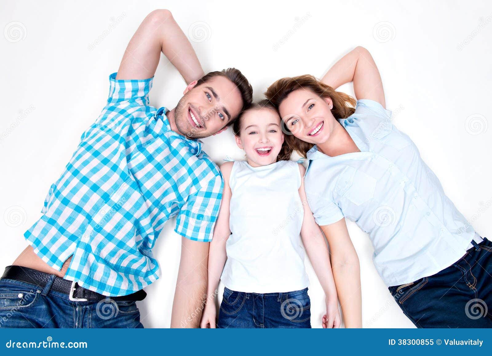 白种人愉快的微笑的年轻家庭大角度画象