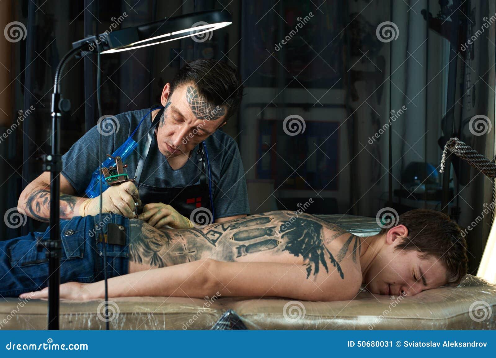 Download 白种人纹身花刺艺术家创造在客户的后面的一个设计 库存图片. 图片 包括有 修改, 客户, 颜料, 墨水, 装饰 - 50680031