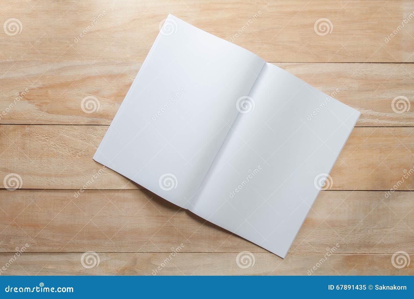 白纸或书嘲笑在木头
