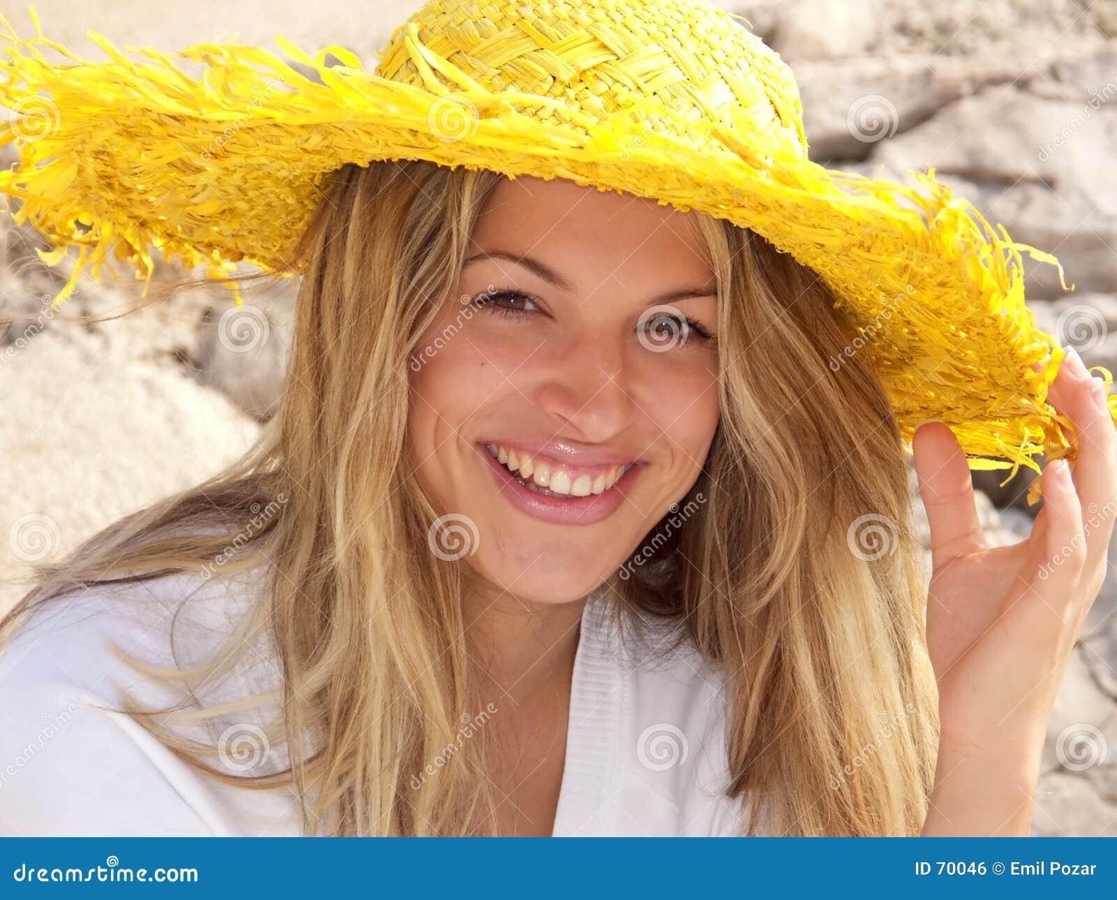 白肤金发女孩微笑
