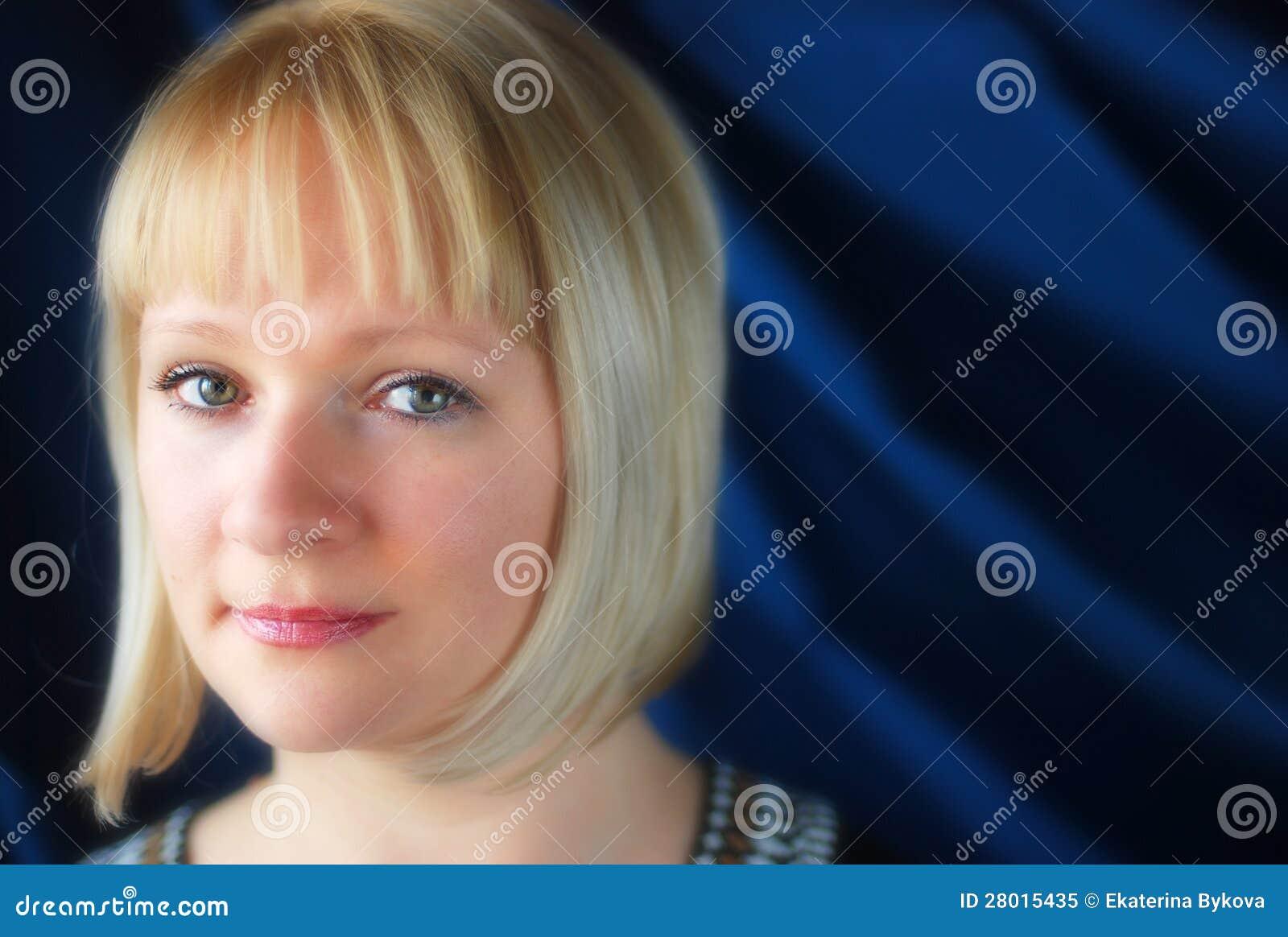白肤金发妇女首肩的纵向
