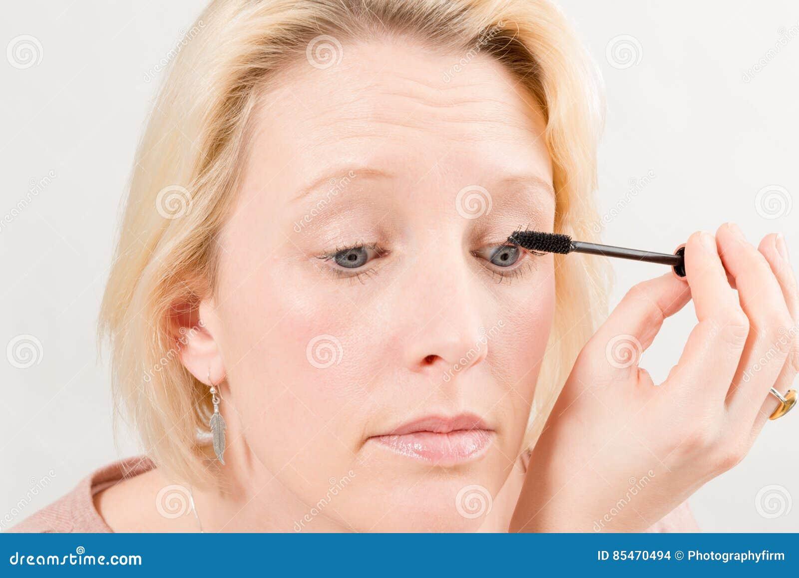 白肤金发的夫人Applying Mascara Make-Up特写镜头