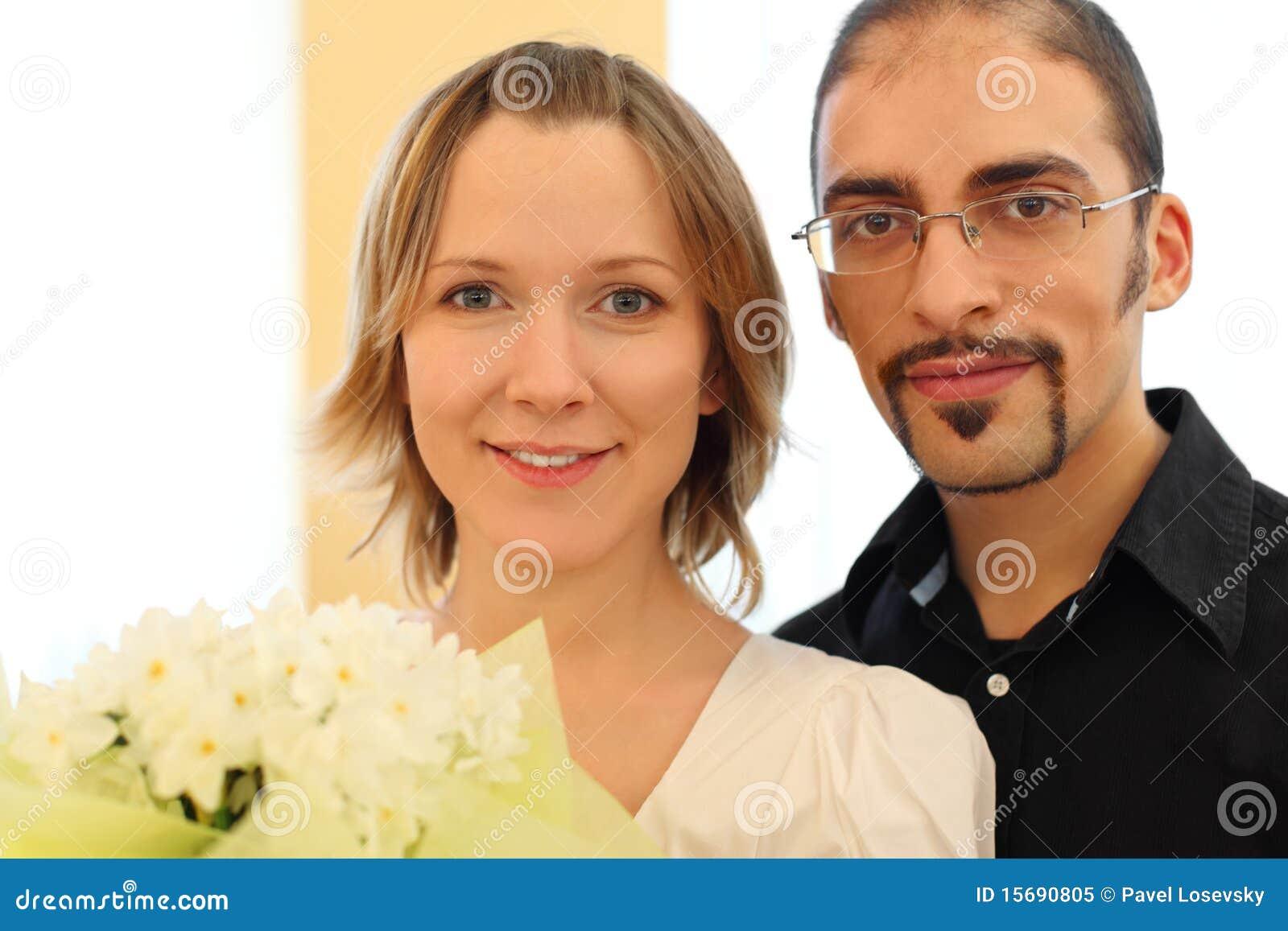 白肤金发的女孩玻璃供以人员纵向