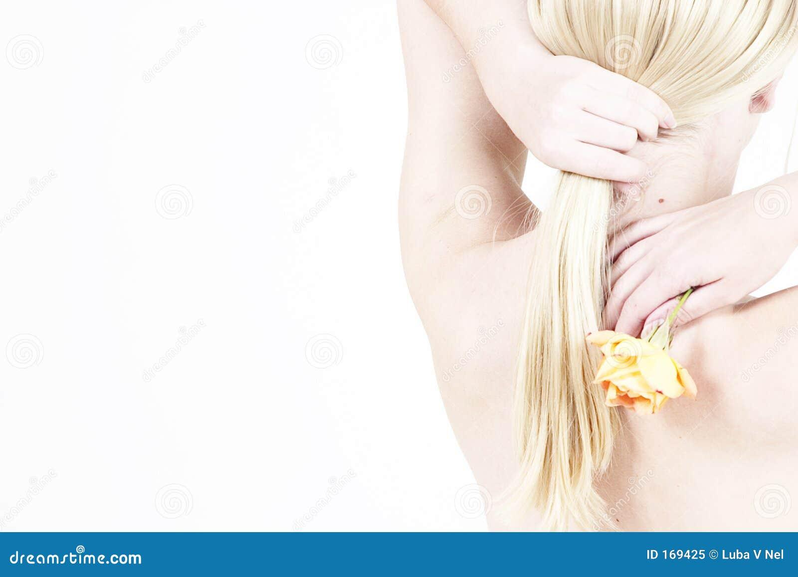 白肤金发的女孩起来了