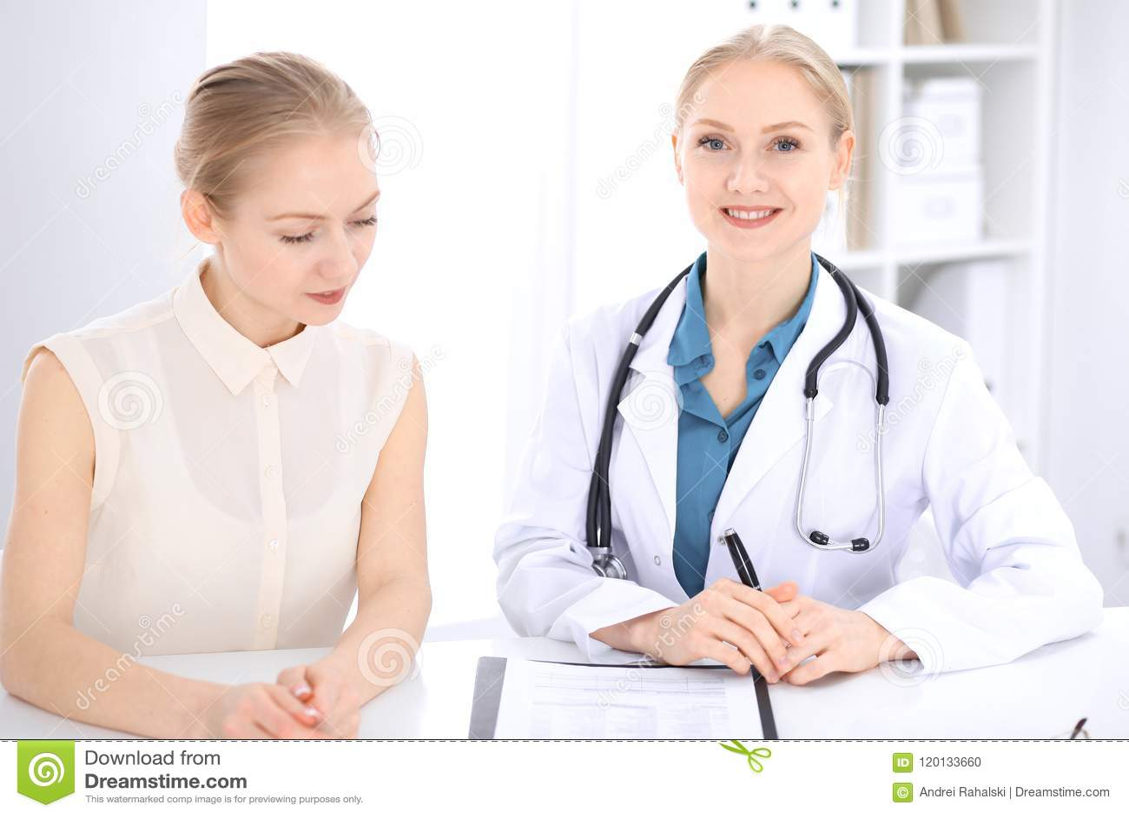 白肤金发的女性医生和患者谈话在医院办公室 医疗保健和客户服务在医学