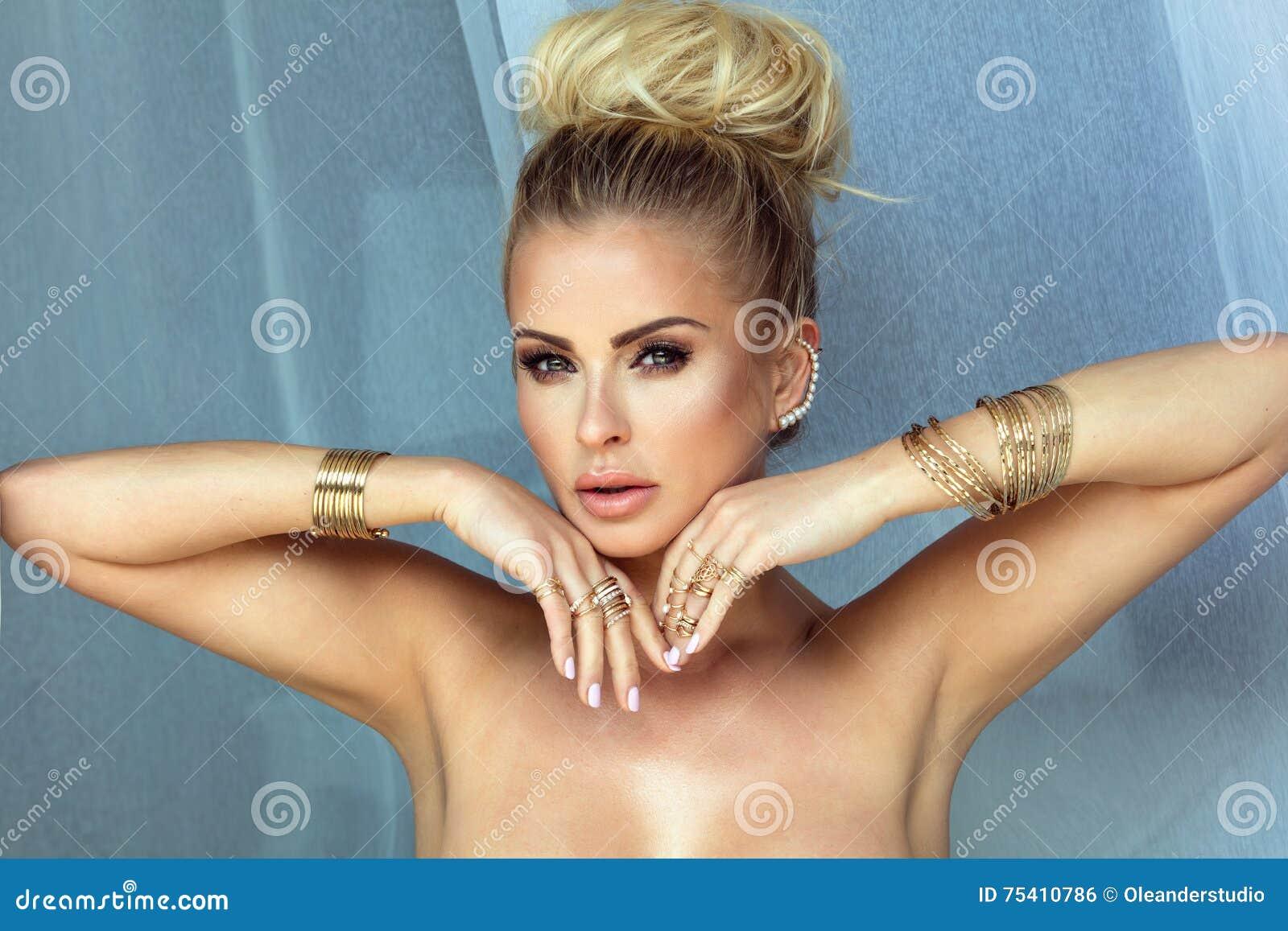 白肤金发的妇女秀丽画象有魅力构成的