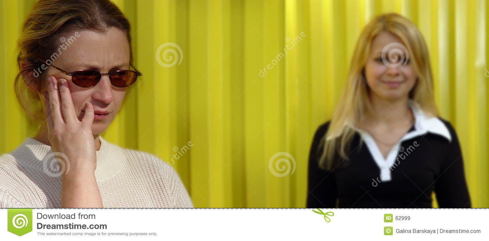 白肤金发的妇女黄色