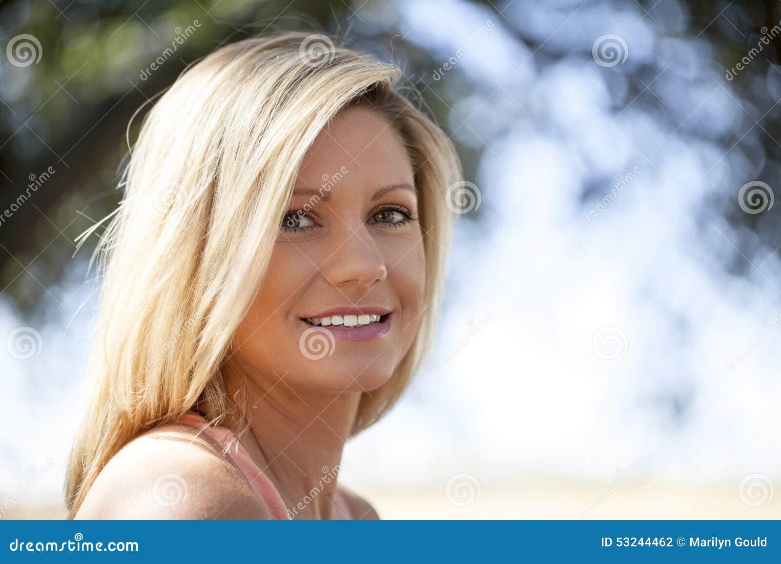 白肤金发的妇女年轻人