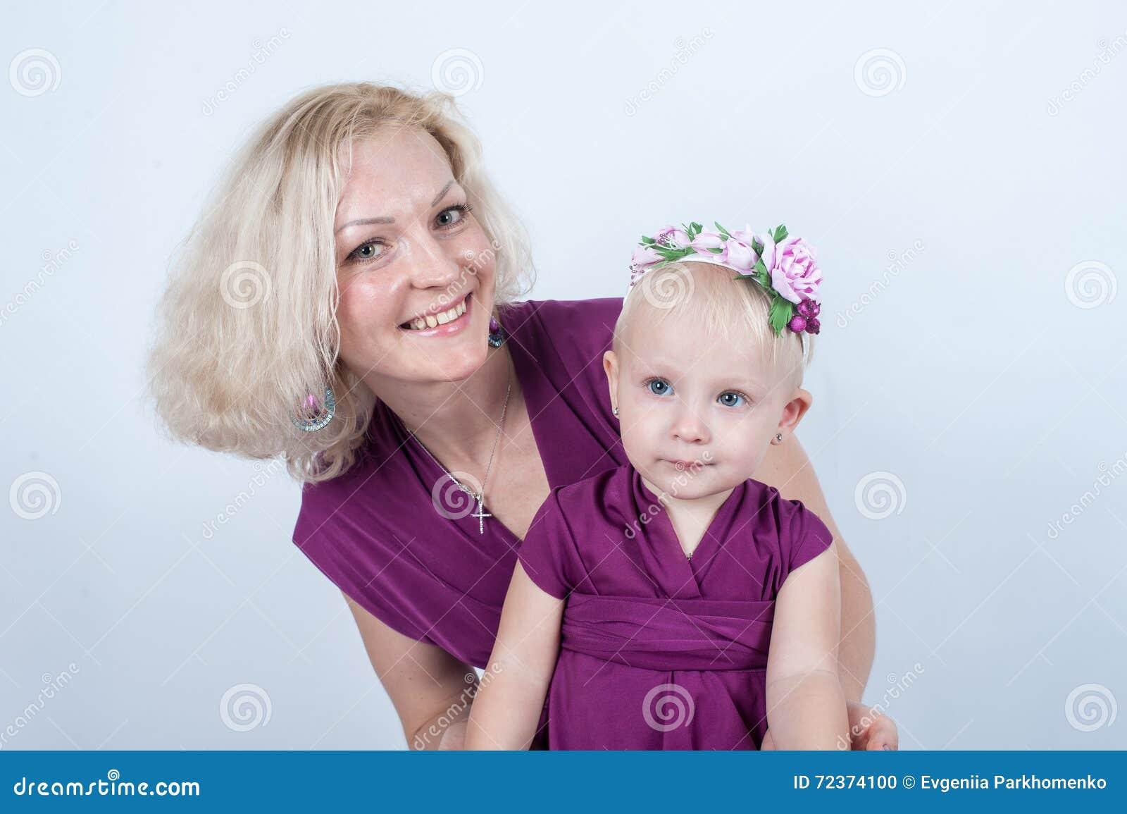 白肤金发的妈妈和女儿在白色背景的演播室