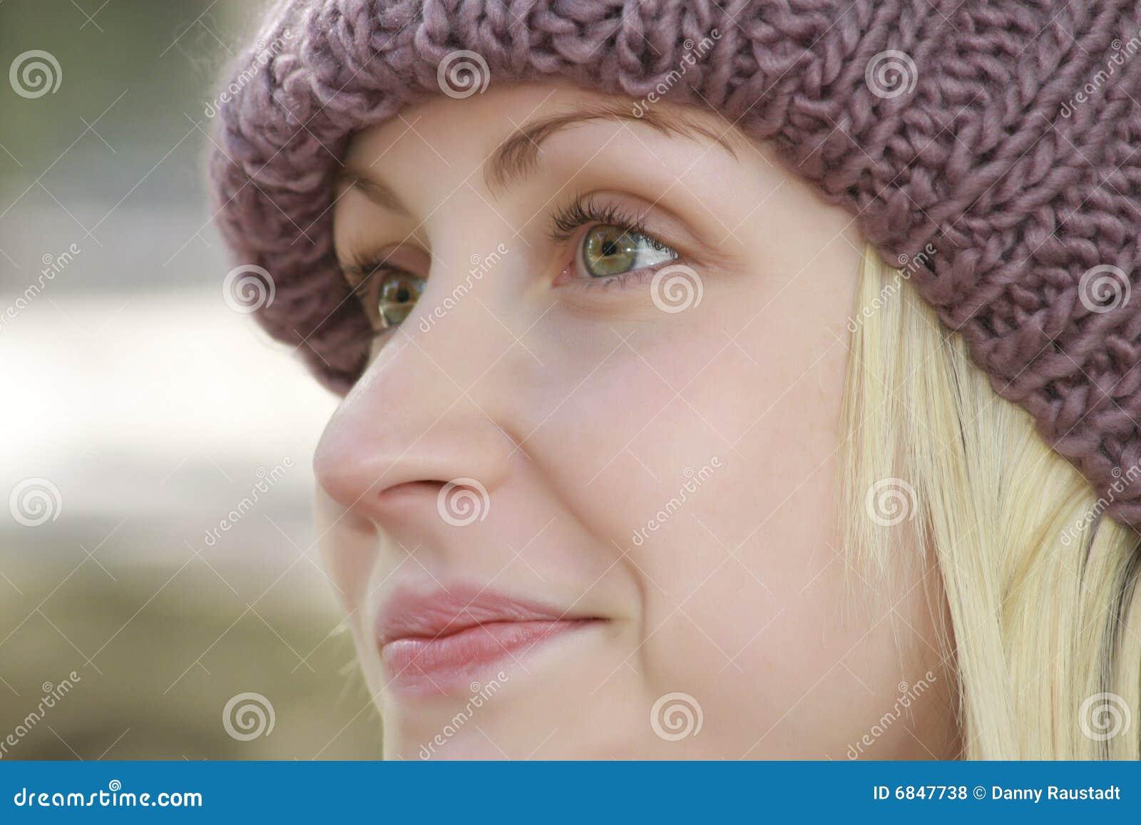 白肤金发的帽子妇女年轻人