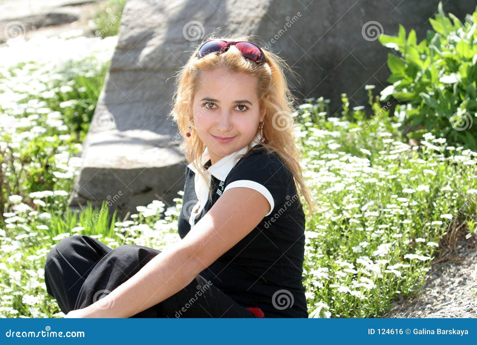 白肤金发的庭院女孩