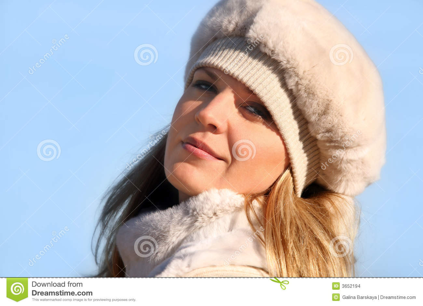 白肤金发的毛皮女孩帽子