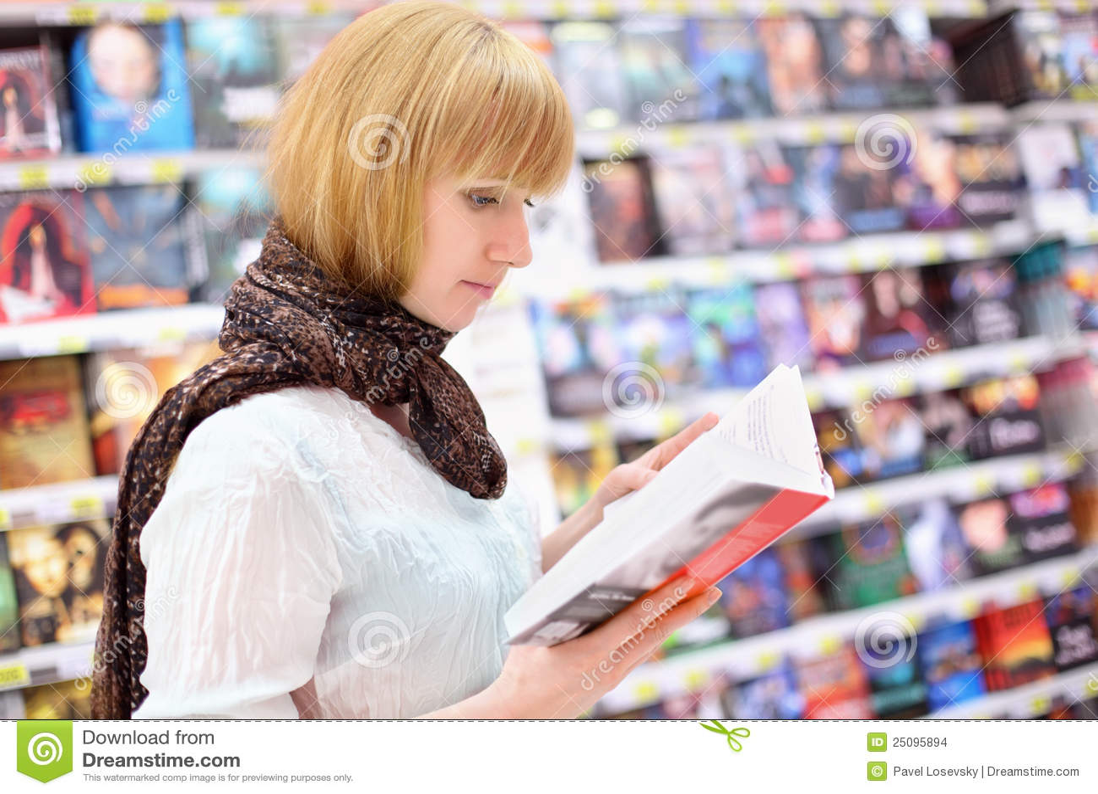 白肤金发的girlreads书在超级市场