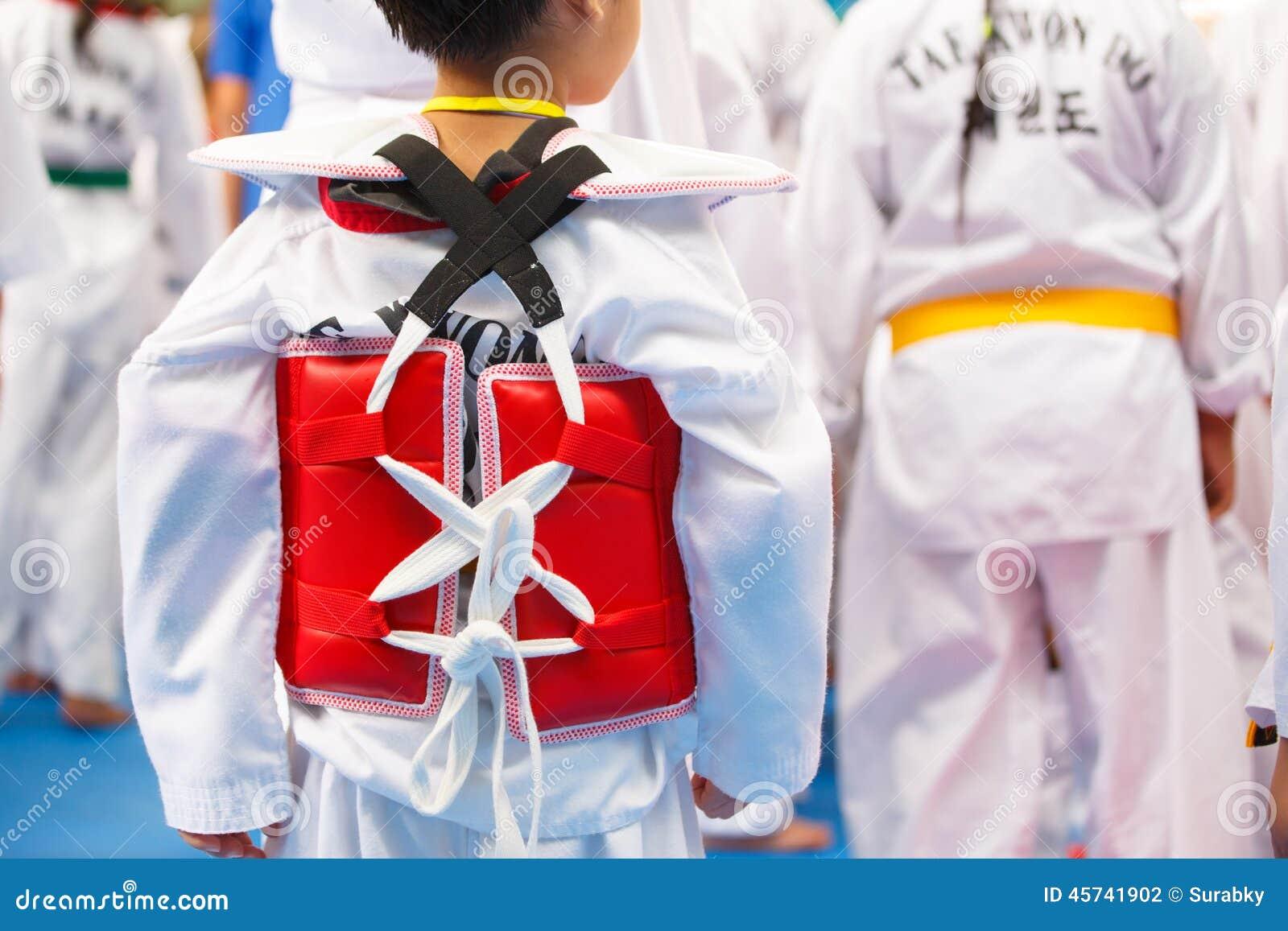 白色制服的跆拳道运动员有装甲的