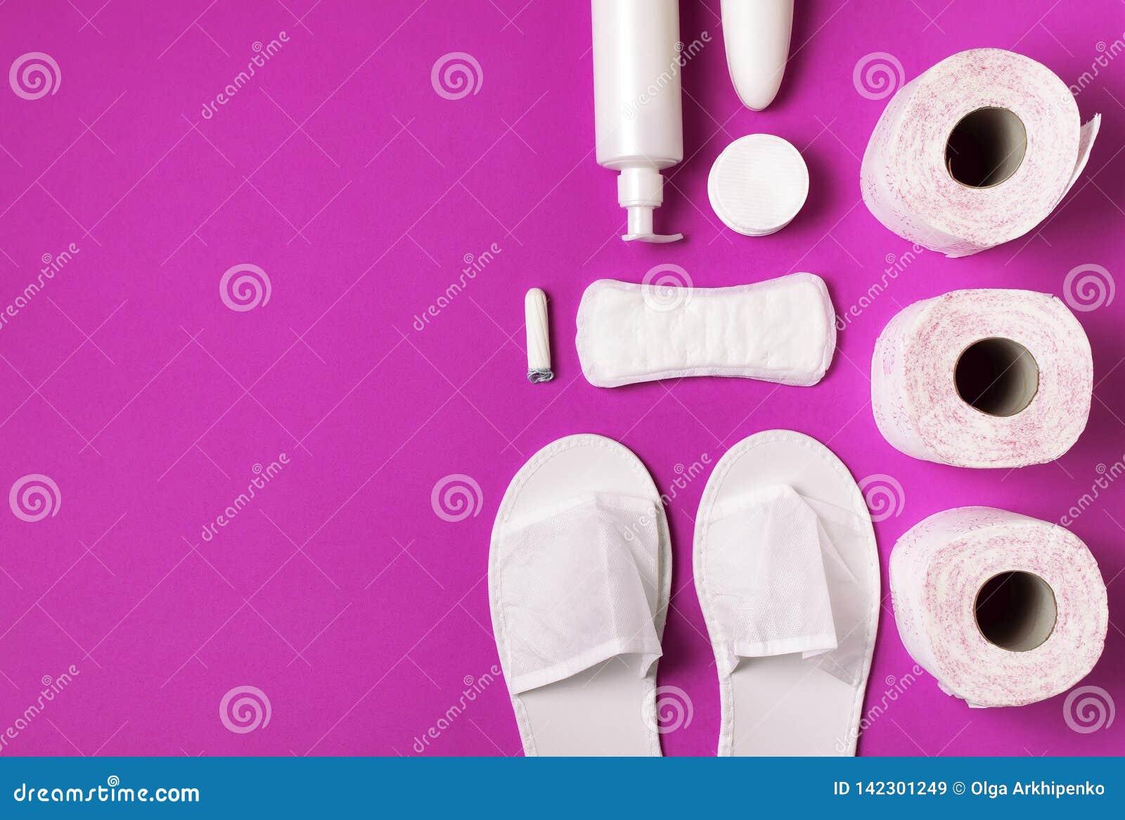 白色化妆拖鞋,卫生学项目,垫圈,棉塞,化装棉,在桃红色背景顶视图平的位置的手纸 化妆用品