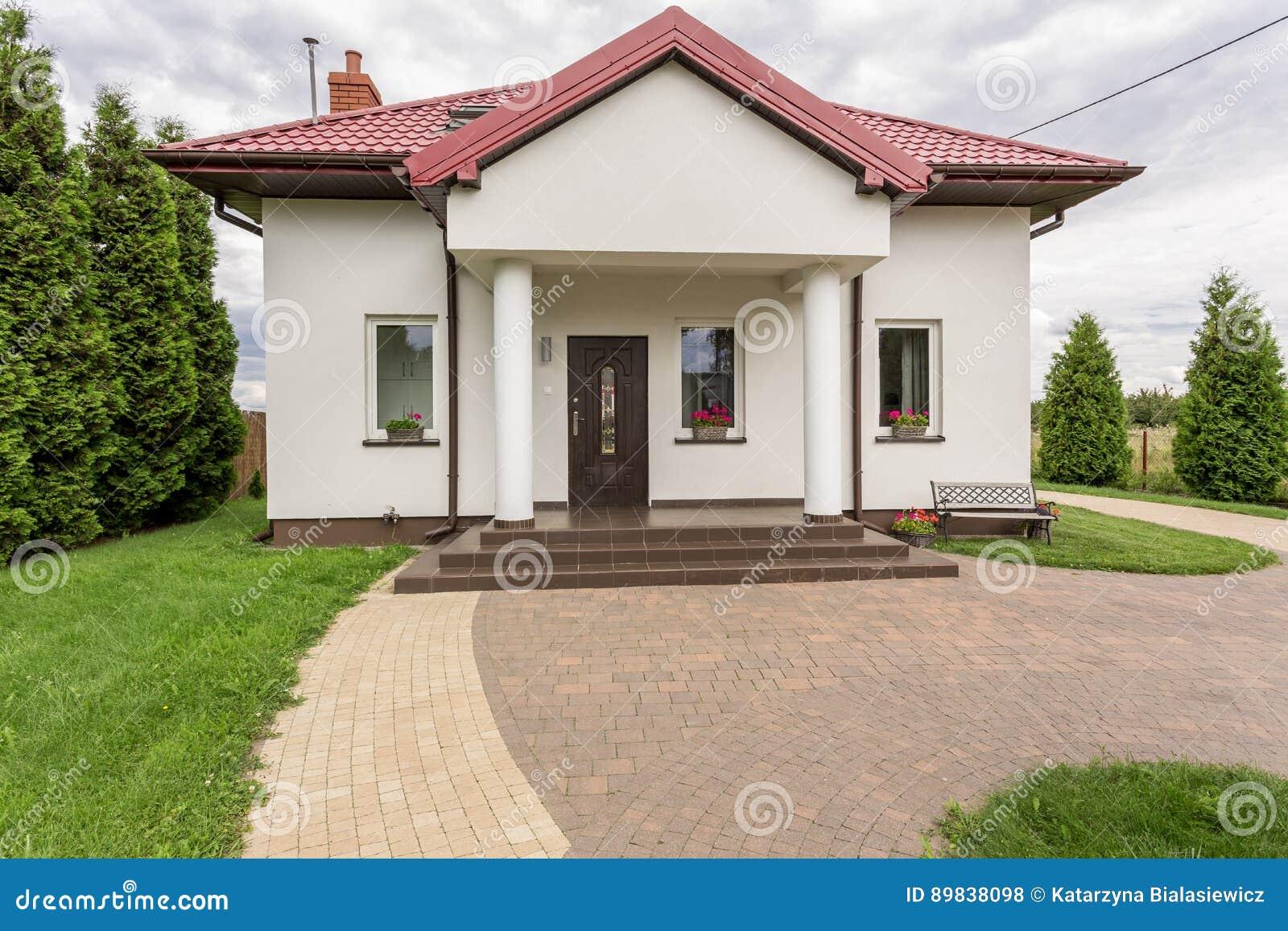 白色单身家庭的房子