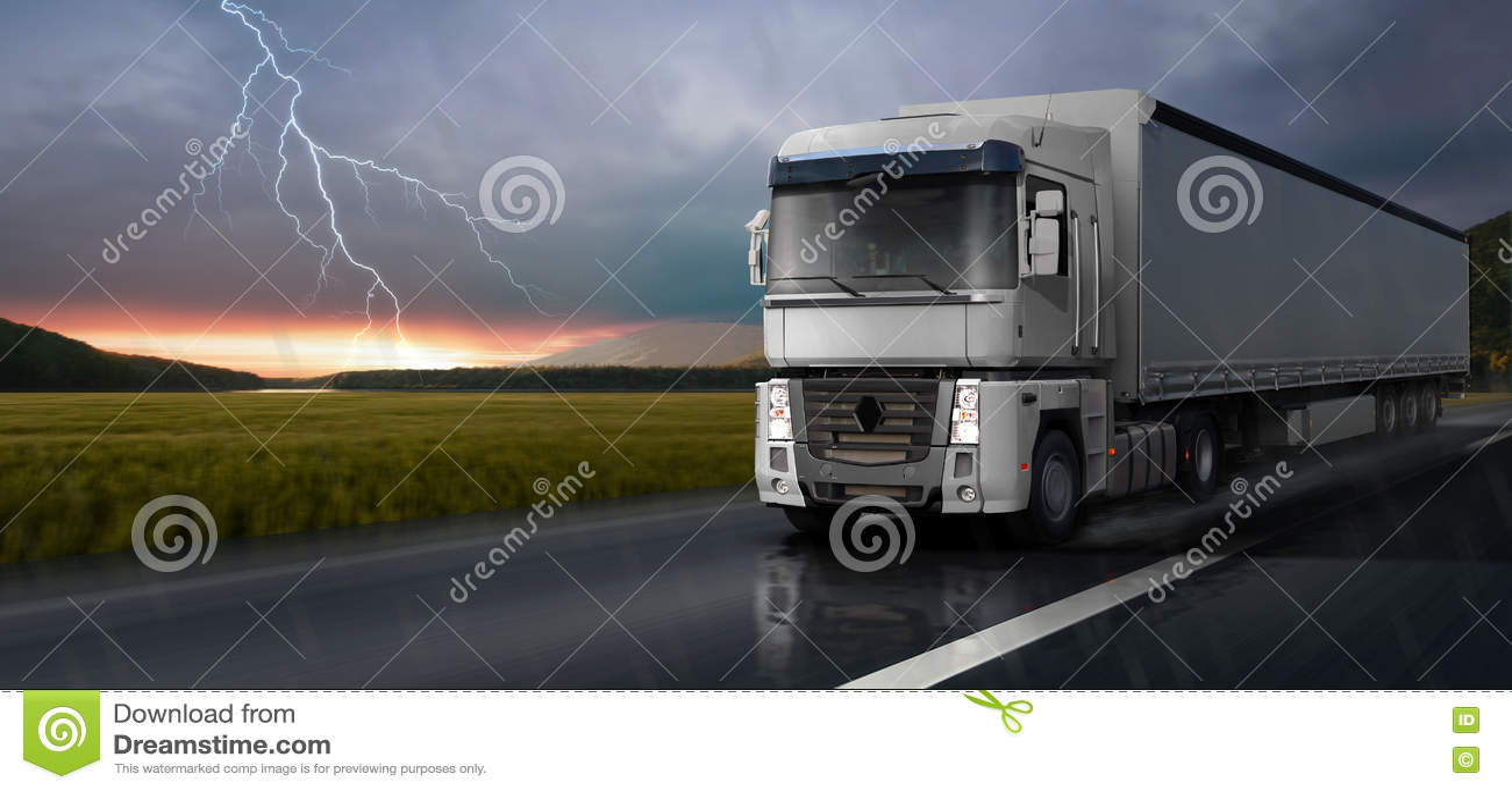 白色卡车在路在雨中移动