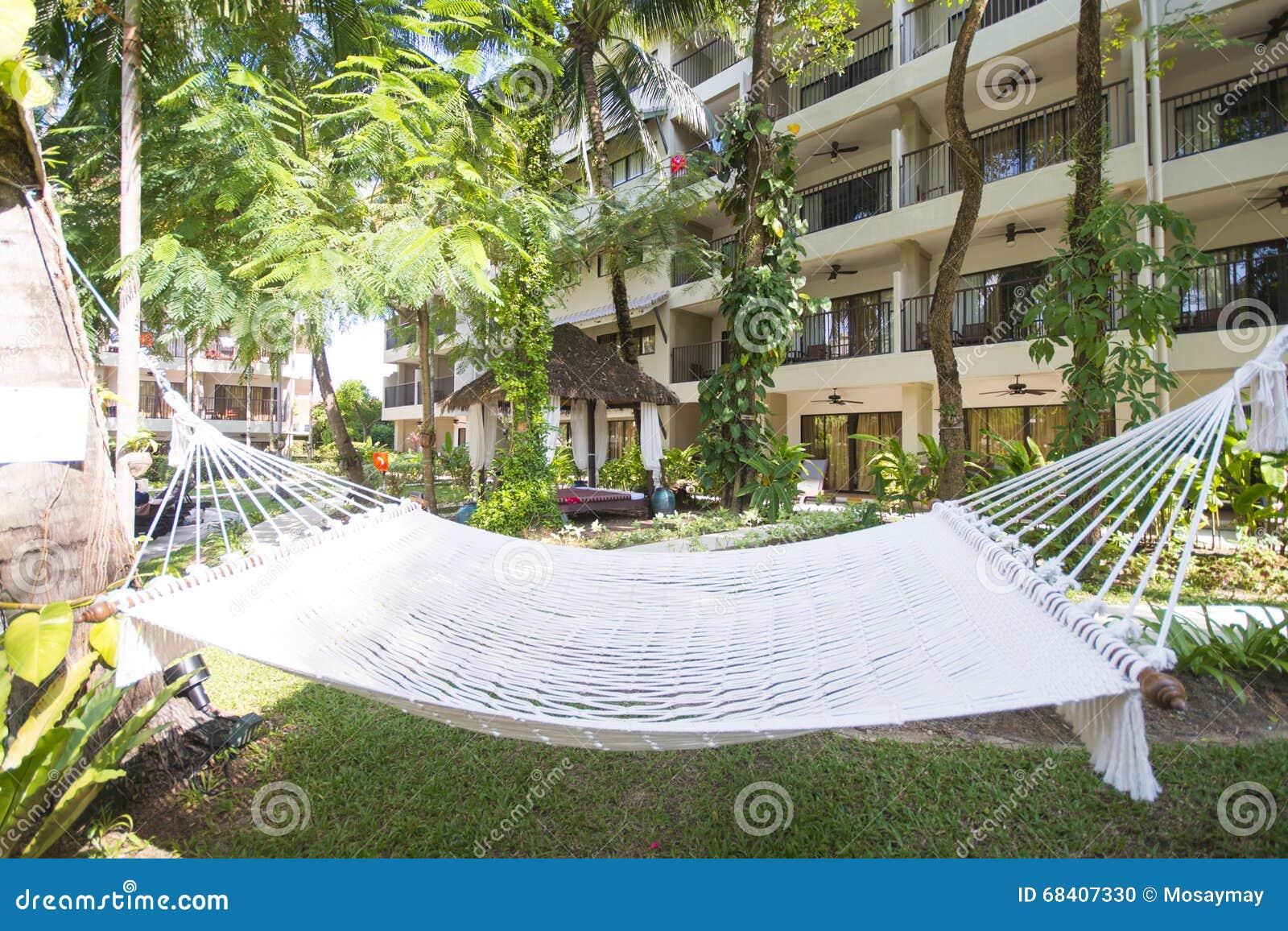 白色吊床在旅馆庭院里