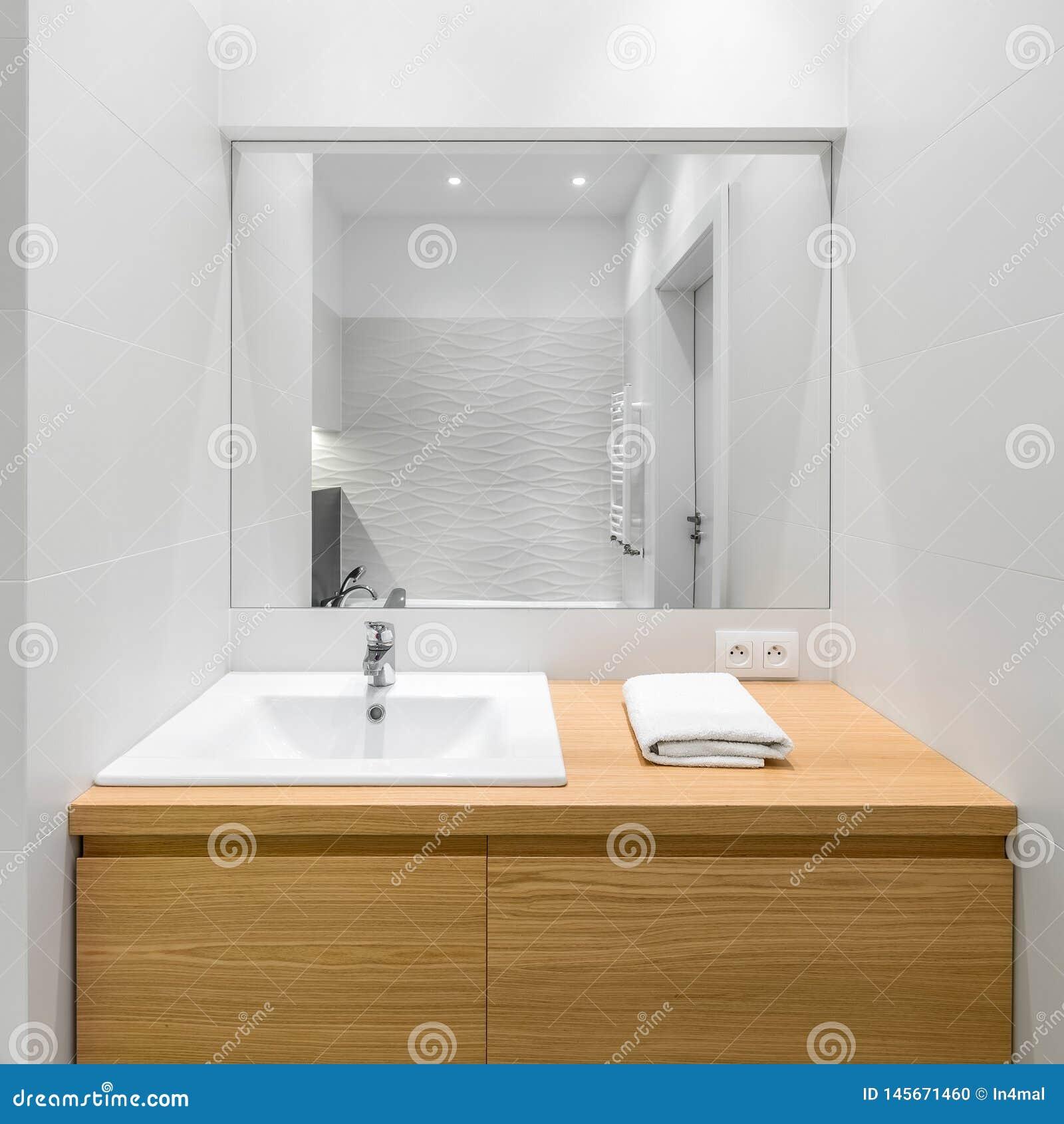 白色和现代卫生间内部