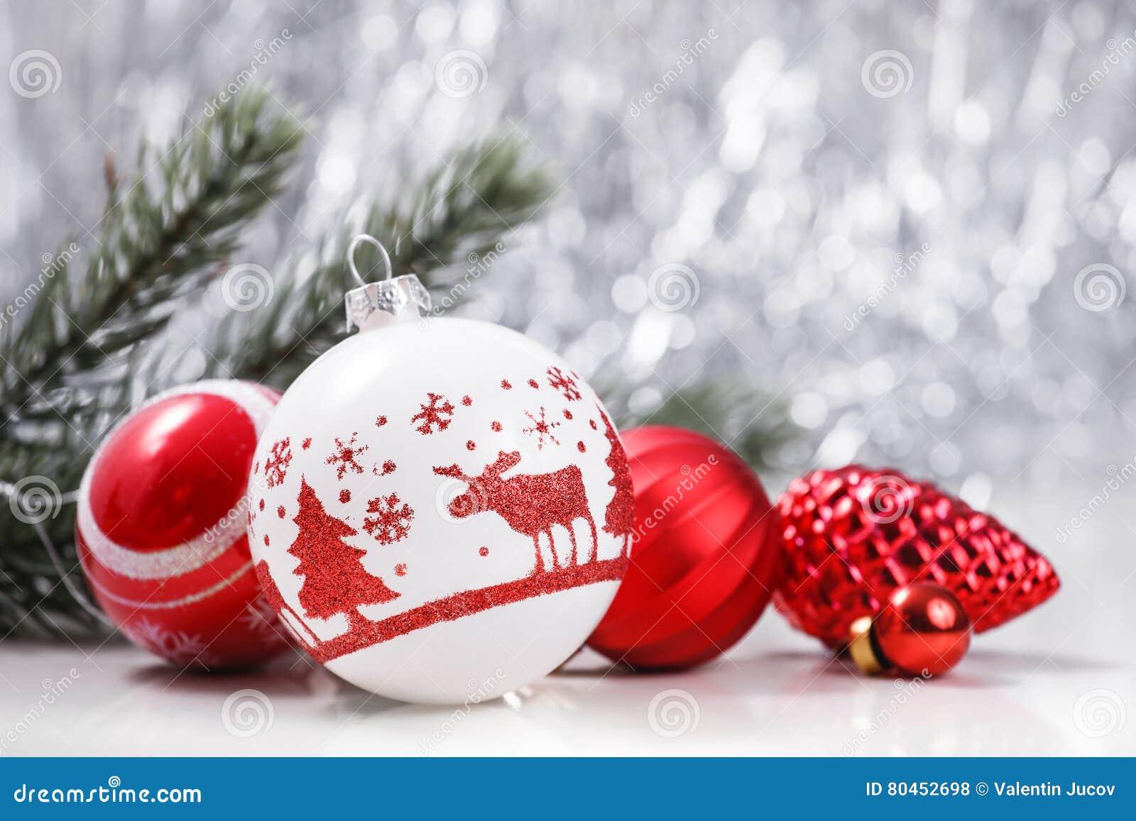 白色和红色圣诞节装饰品和杉树分支在闪烁bokeh背景与空间文本的 Xmas和新年好
