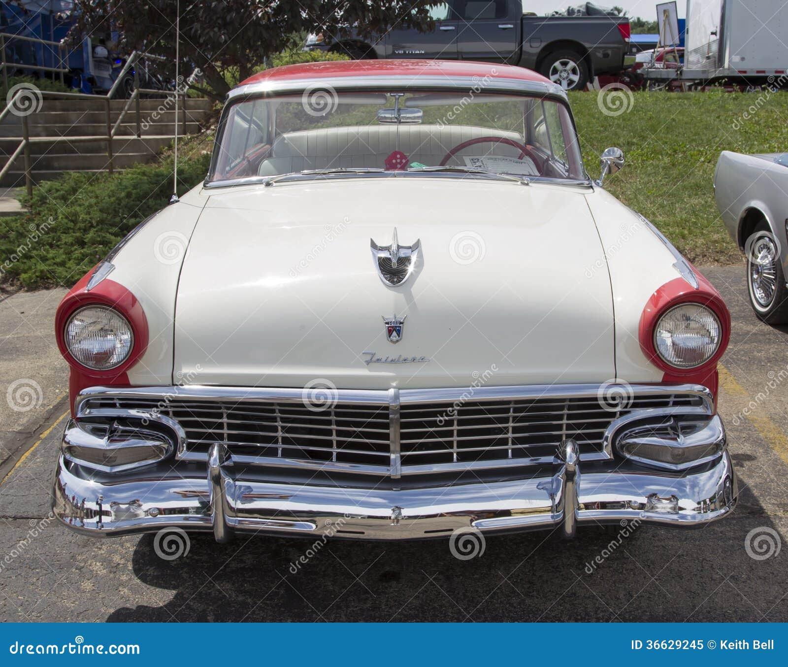 1956白色和红色福特维多利亚Fairlane