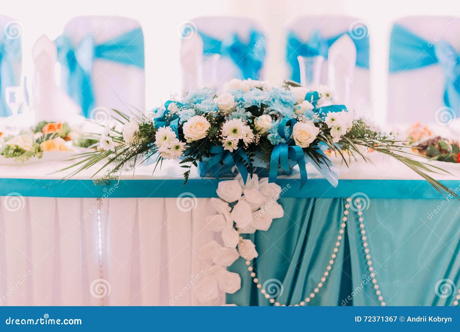 白色和绿松石婚礼桌花卉装饰 特写镜头