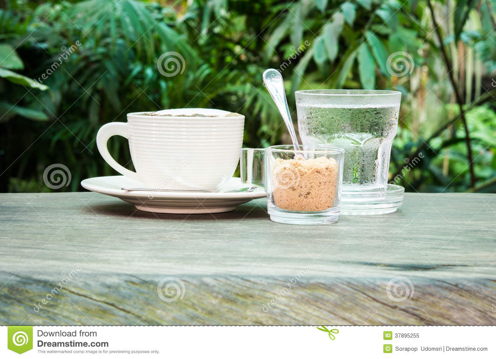 白色咖啡、水和蔗糖