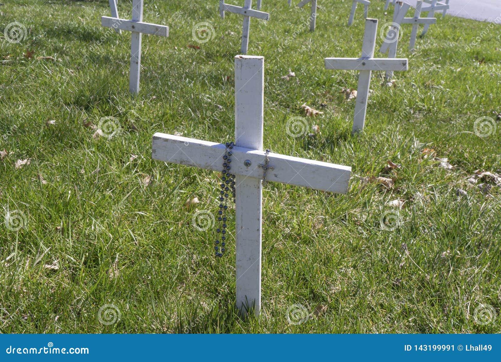 白色堕胎十字架念珠装饰了