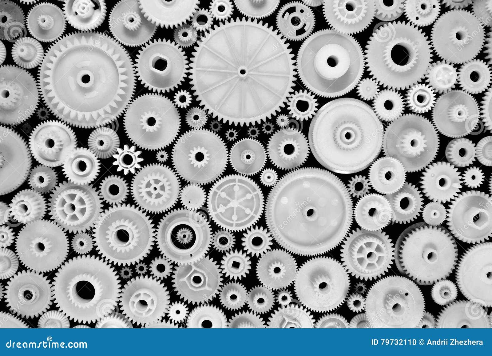 白色塑料齿轮和钝齿轮在黑背景