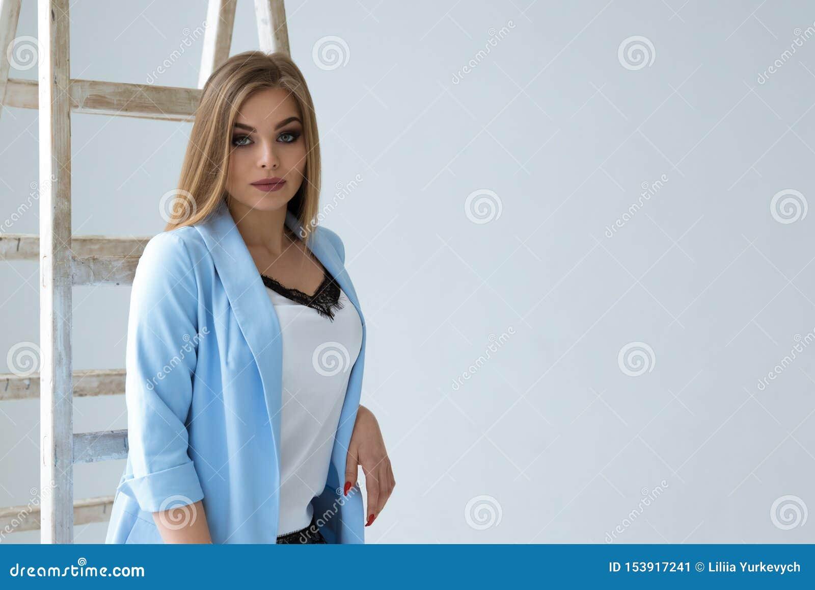 白色墙壁背景的美女 射击在演播室