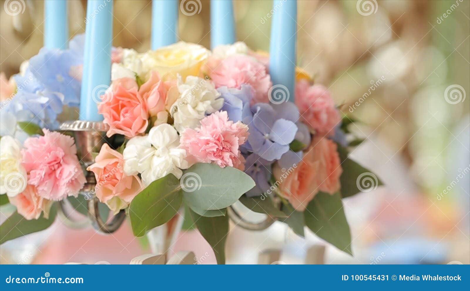 白色婚礼标志婚礼和家庭停留在桌上 词婚礼当在礼仪装饰的标志照明设备