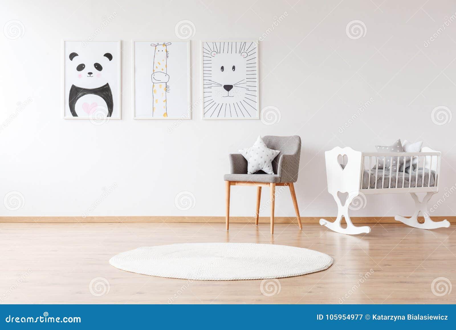 白色小儿床在婴孩` s室