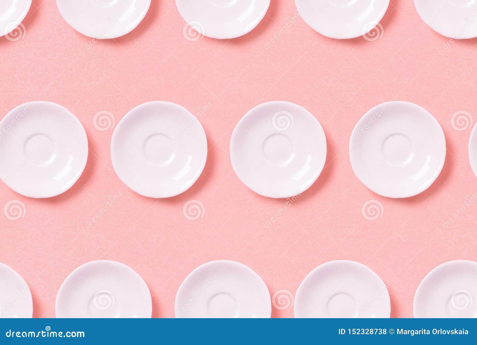 白色小板材的汇集在桃红色背景的 样式顶视图