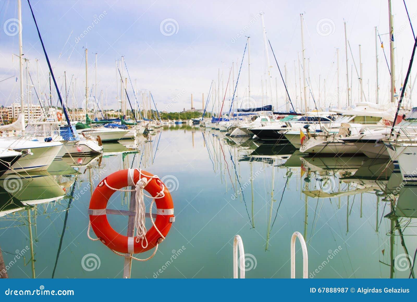 白色小船和游艇在码头