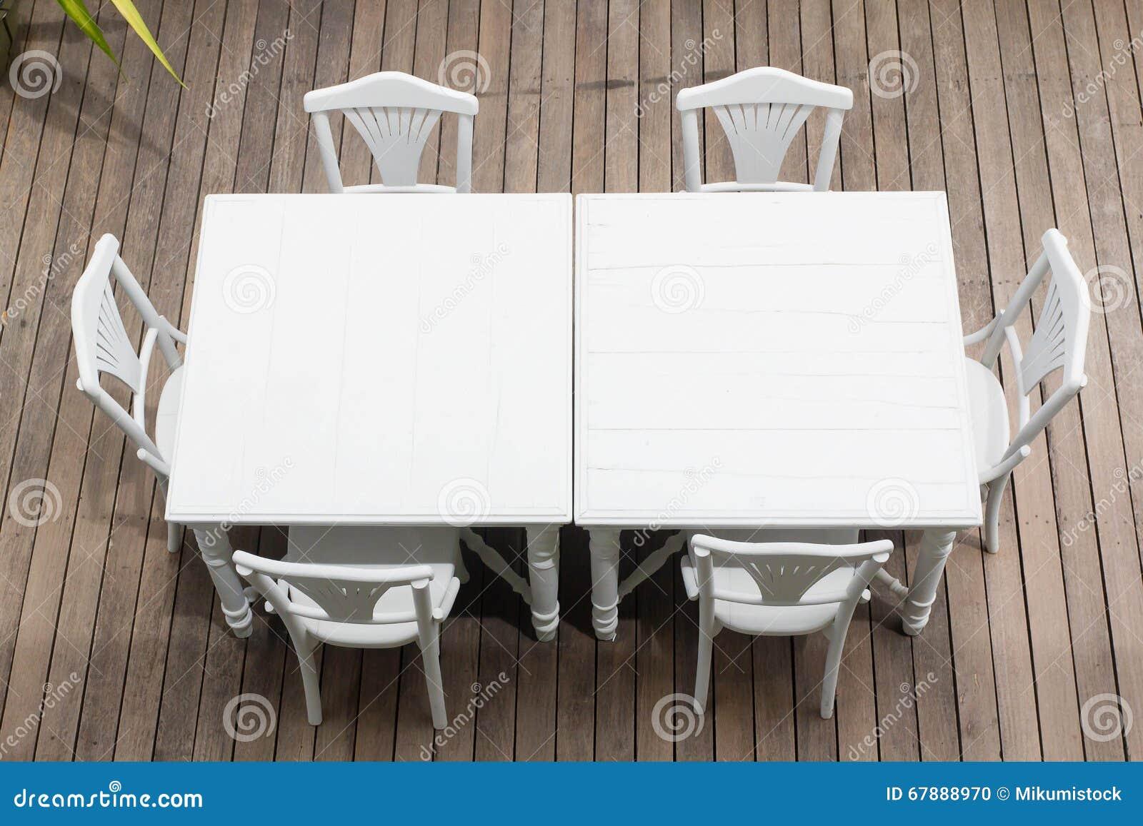 白色木桌和椅子桌