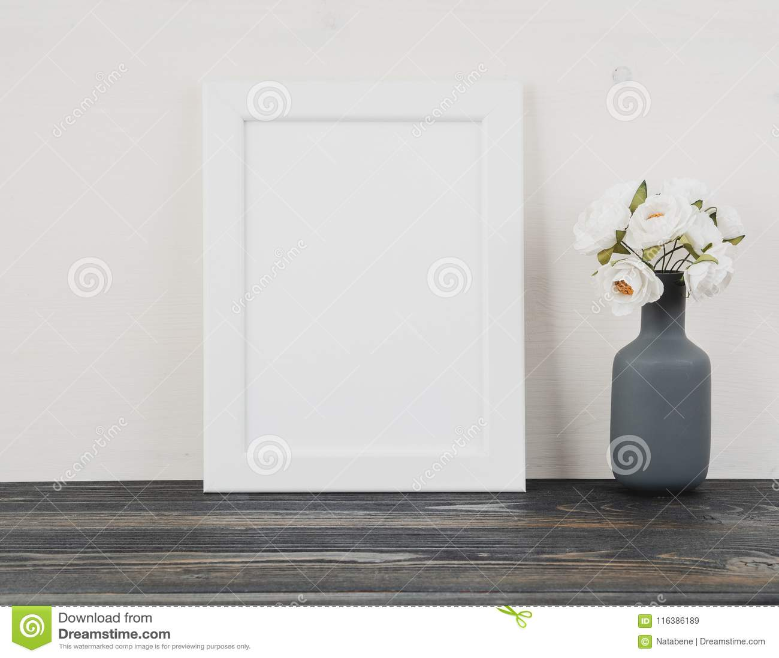 白色框架,在花瓶,在深灰木桌aga的时钟的花
