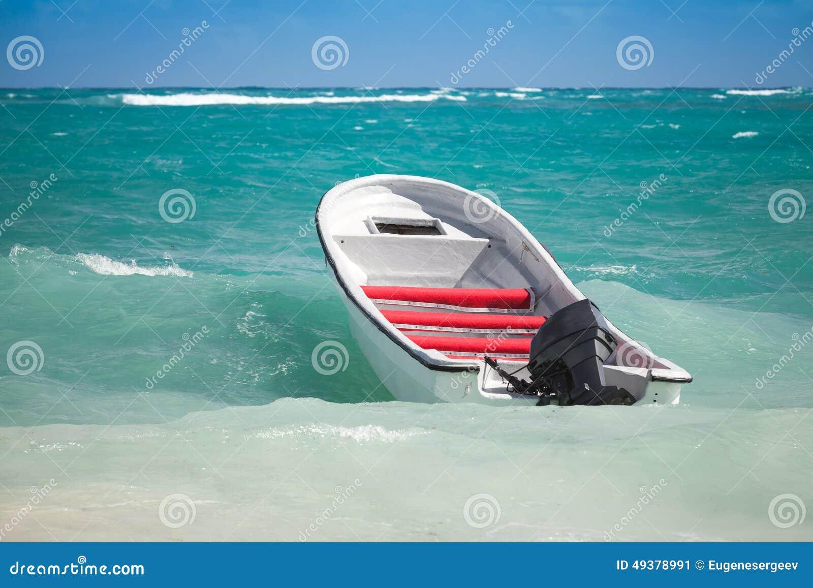 白色游船在风雨如磐的水漂浮