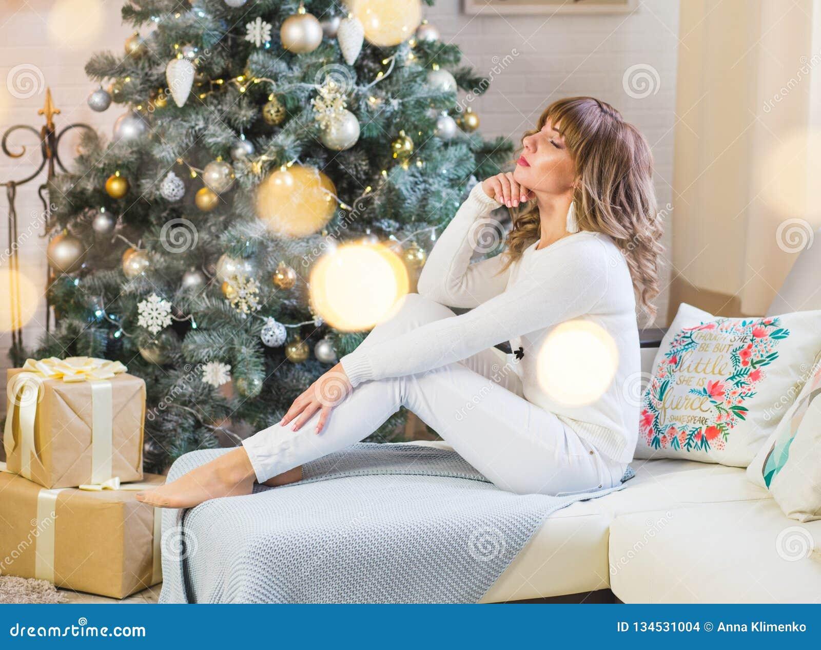 白色的美丽的年轻女人与大圣诞礼物