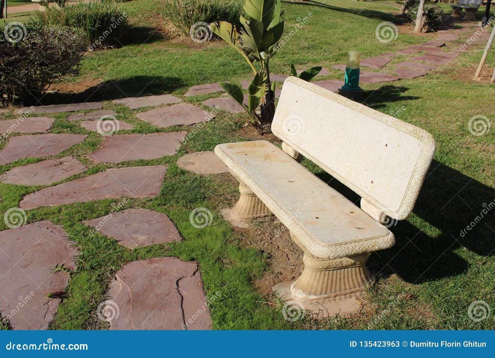 白色石长凳在公园