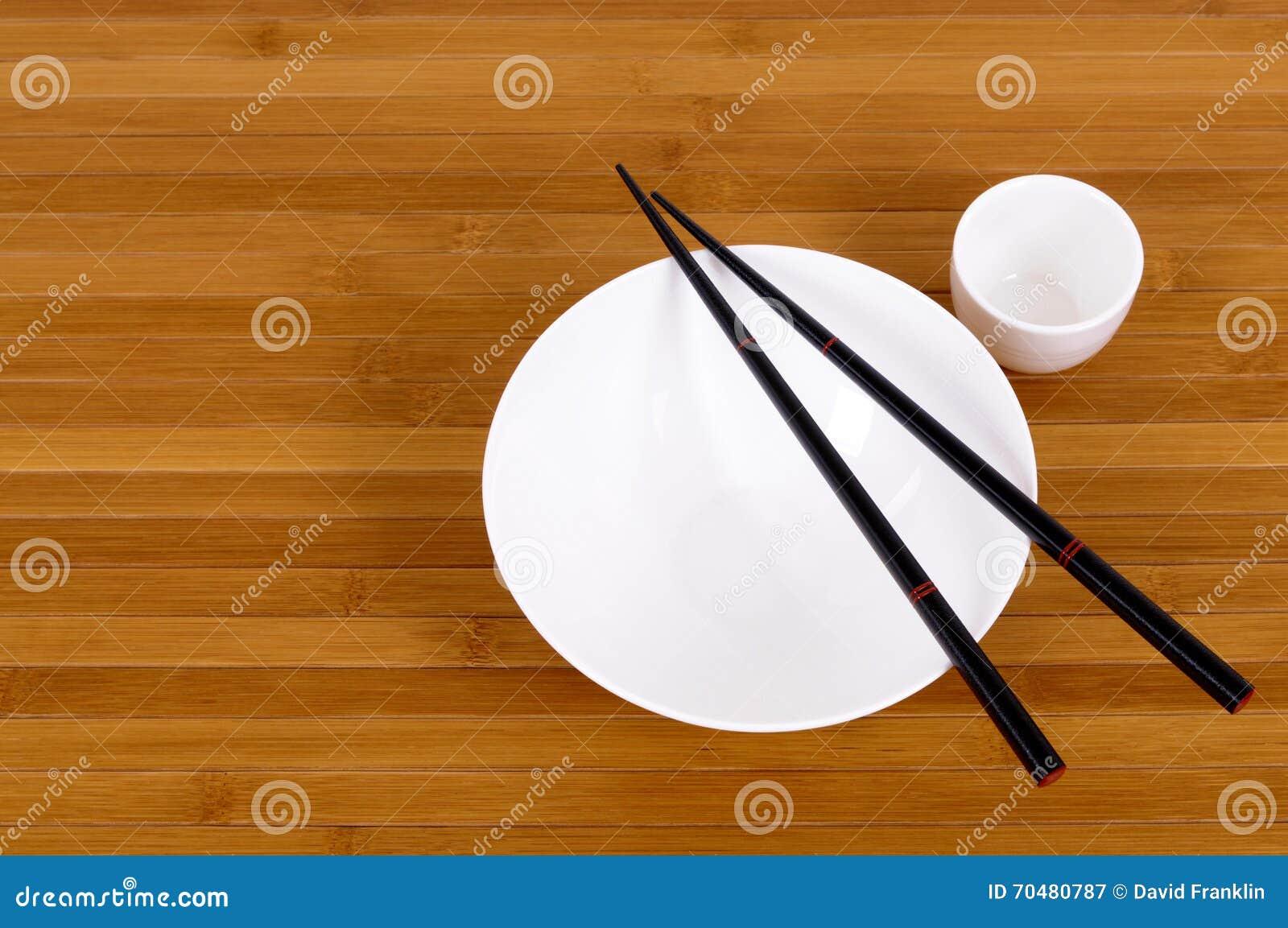 白色空的日本饭碗和缘故杯子筷子
