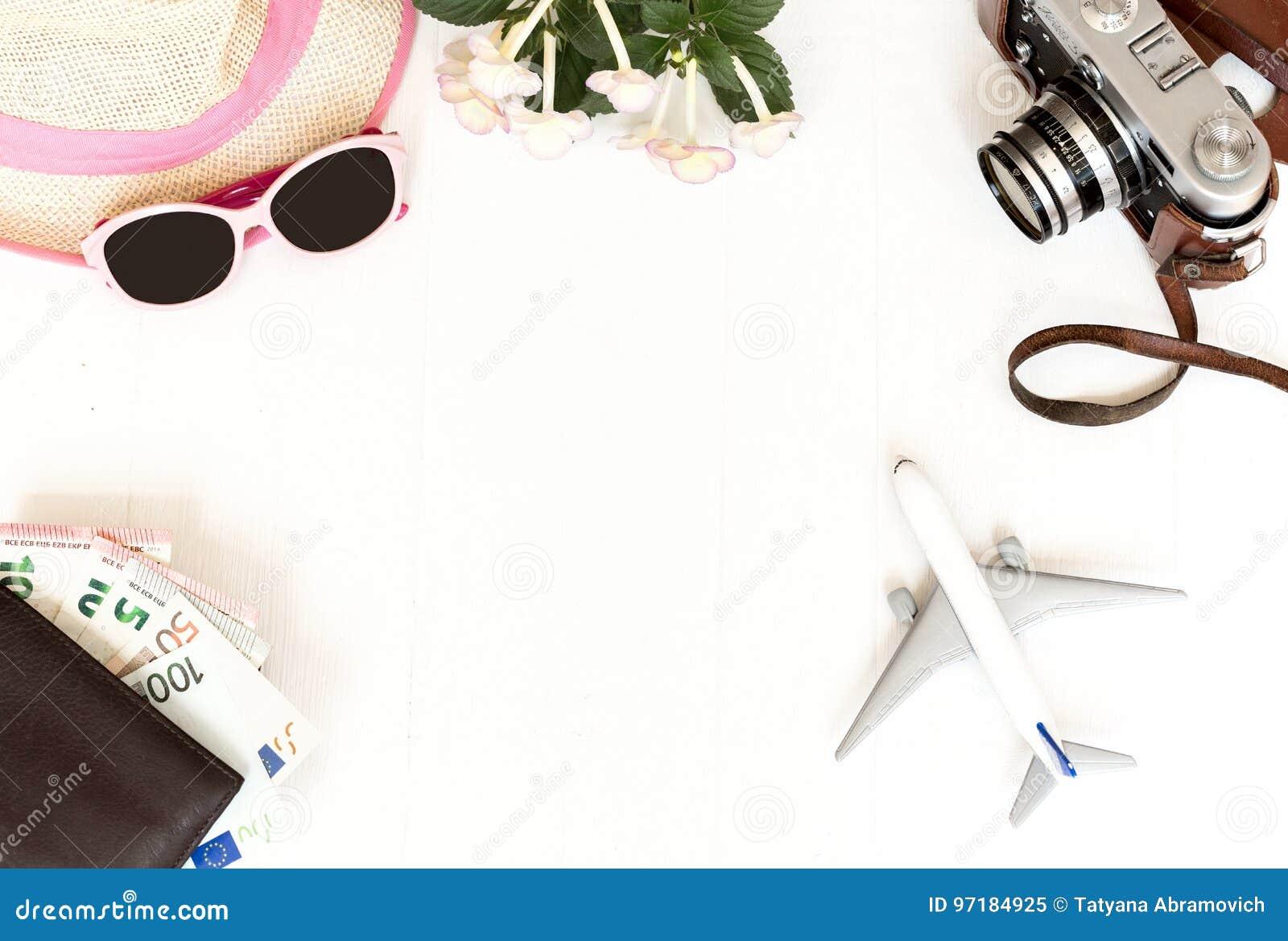 白色背景、旅行、飞机、照相机、草帽、钱包有银行卡的和金钱,顶视图