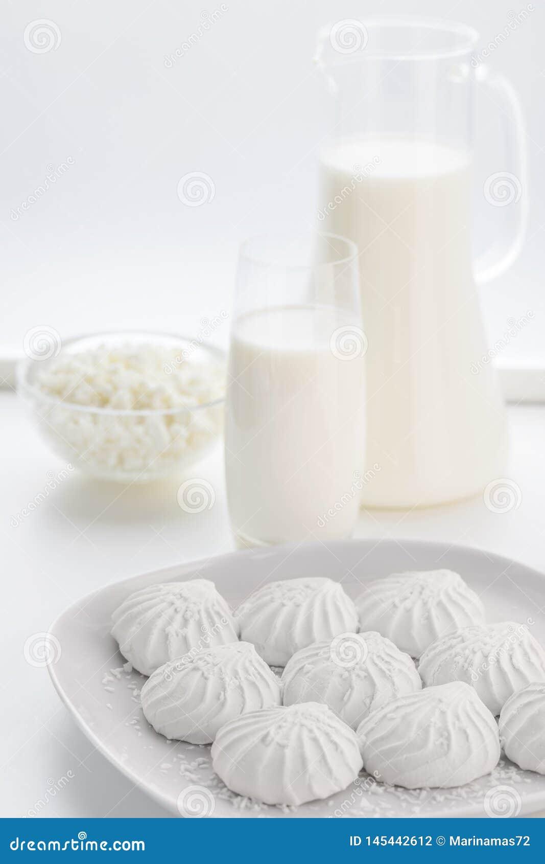 白色蛋白软糖和牛奶在水罐