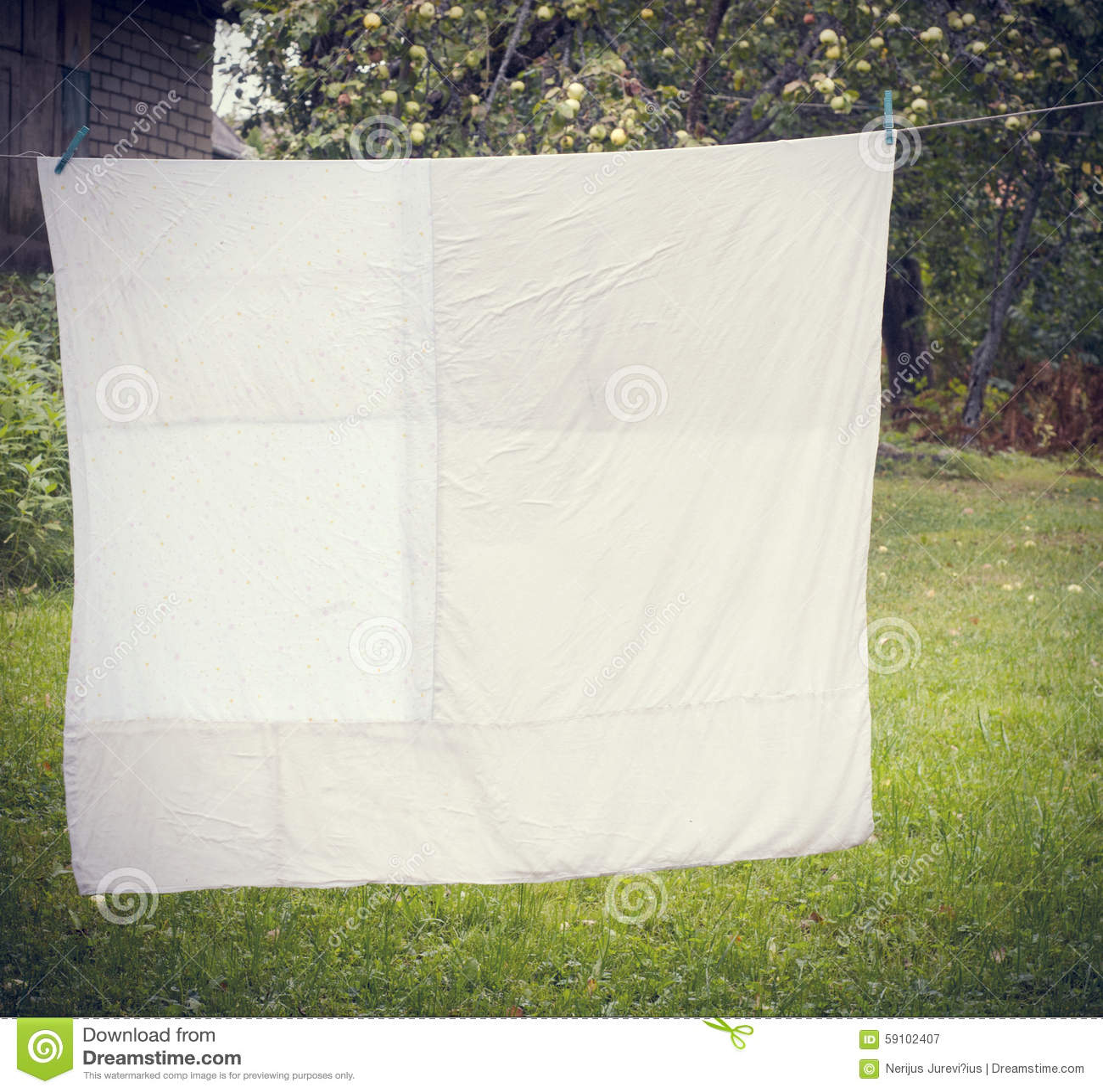 白色被洗涤的鸭绒垫子垂悬