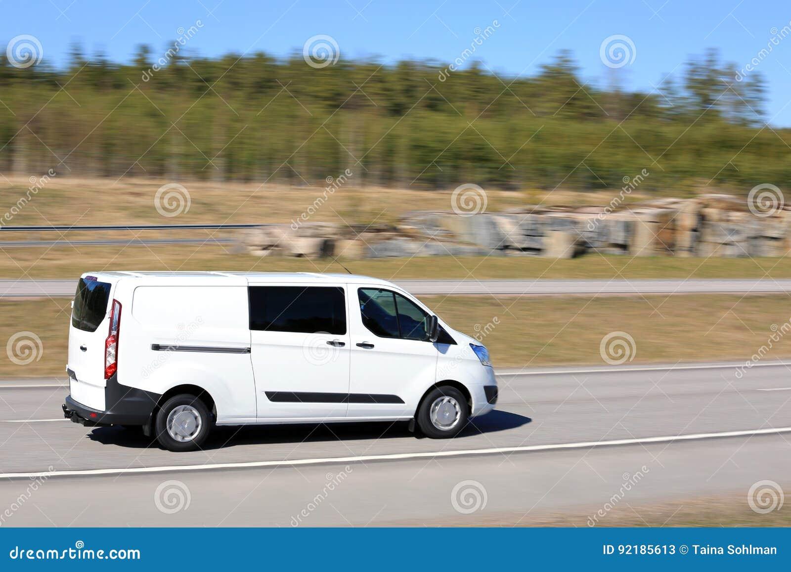 白色送货车以速度
