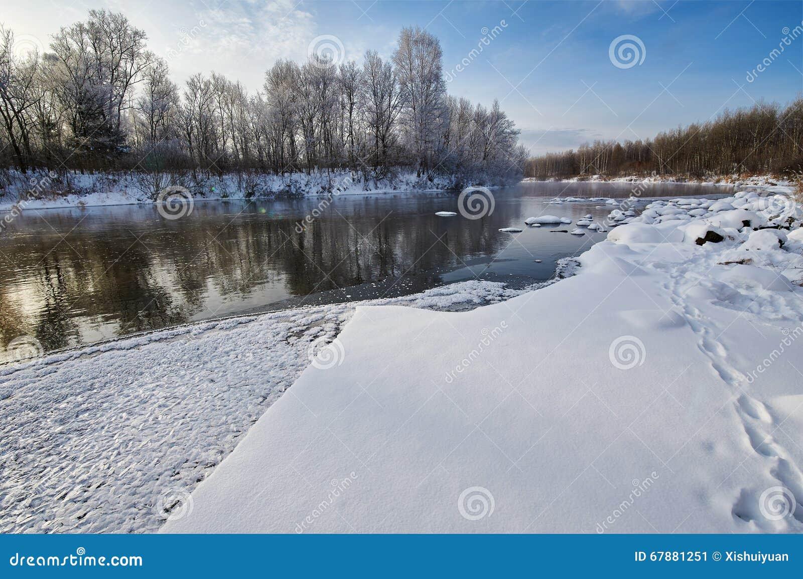 白色雪和冬天河