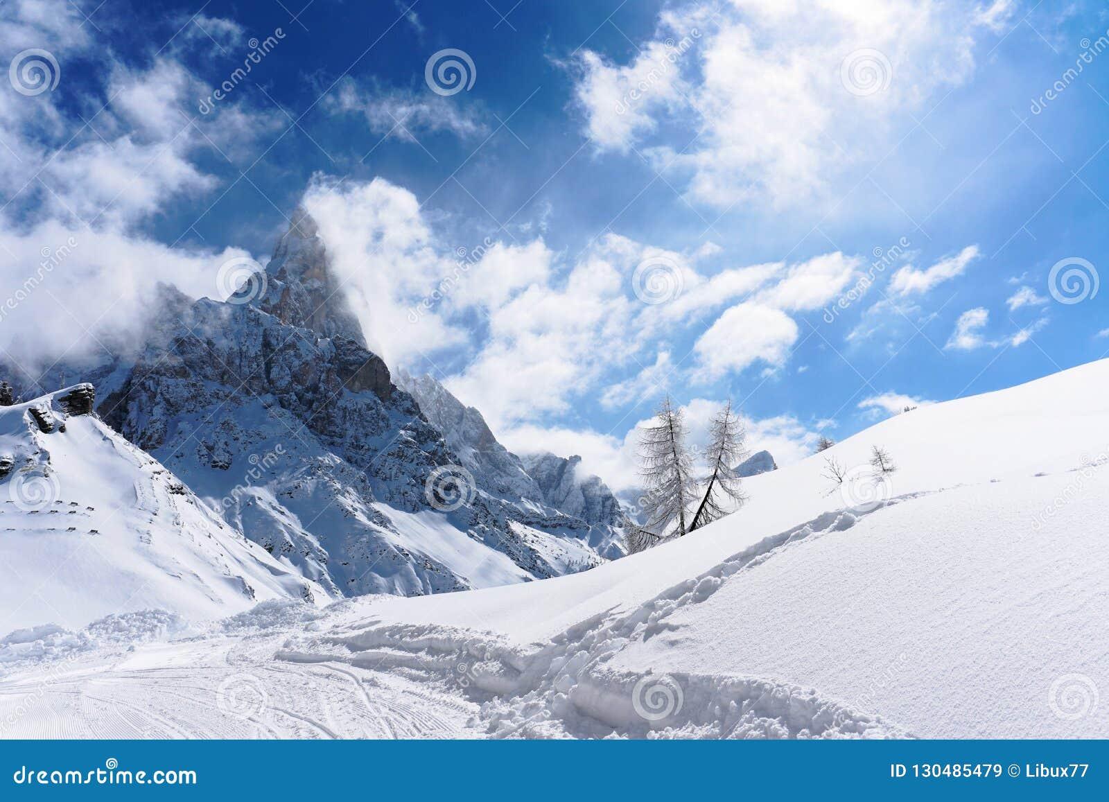 白色雪山全景晴天