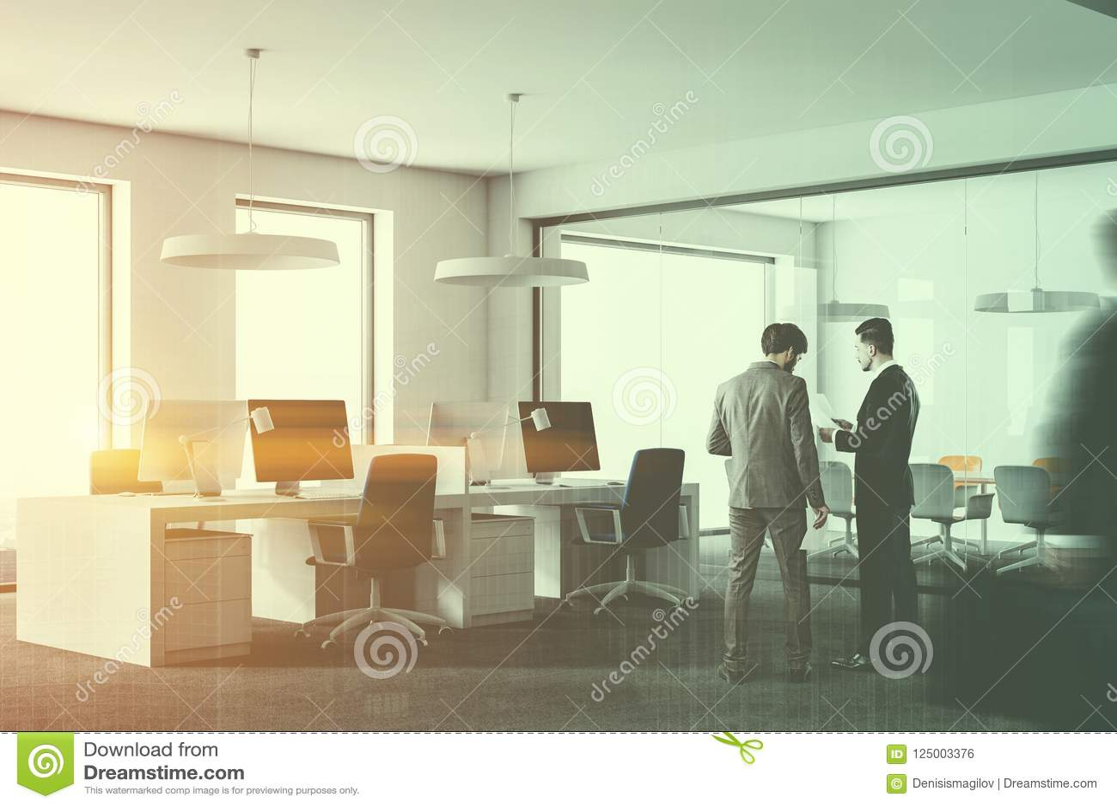 白色顶楼办公室内部,人们的角落