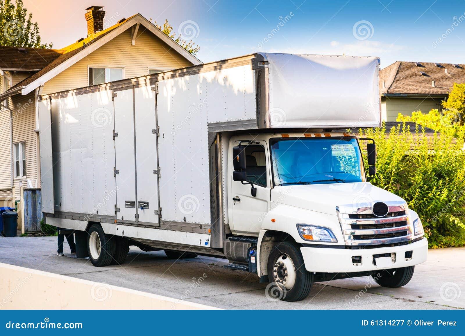白色移动的卡车