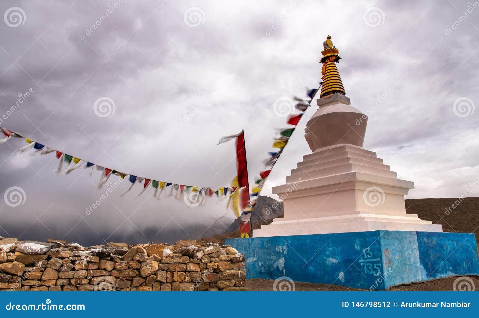 白色stupa,佛教,祈祷的旗子,斯皮迪谷