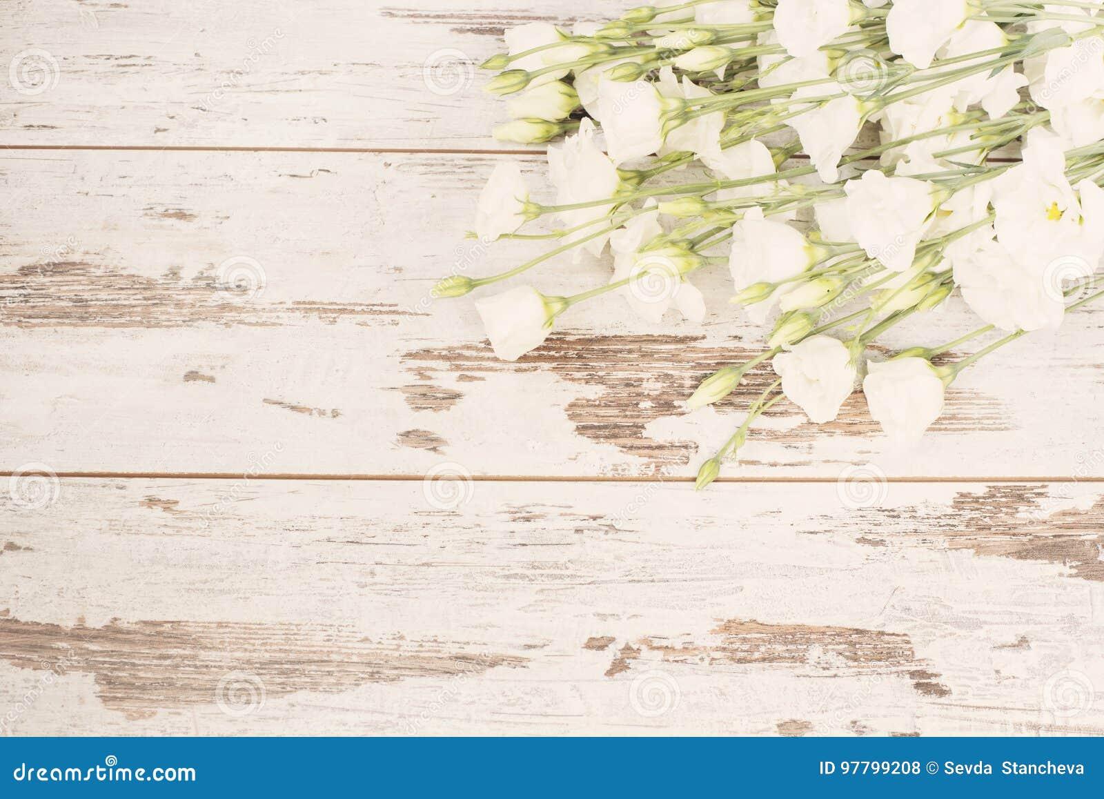 白花惊人的新鲜的花束在轻的土气木背景的 复制空间,花卉框架 婚礼,礼品券,华伦泰